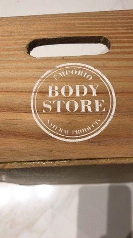 2 caixotes e 3 saboneteiras bandejas de madeira  - Foto 4