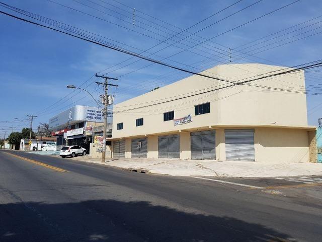 Sala comercial ampla com sobreloja e area de 120 mts + estacionamento + banheiro