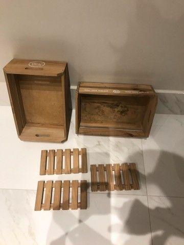 2 caixotes e 3 saboneteiras bandejas de madeira