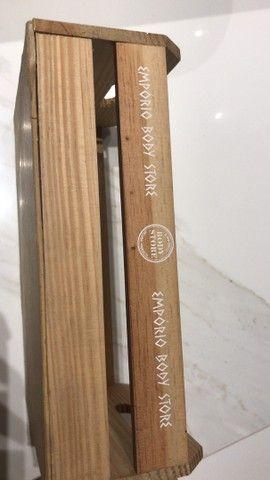 2 caixotes e 3 saboneteiras bandejas de madeira  - Foto 2