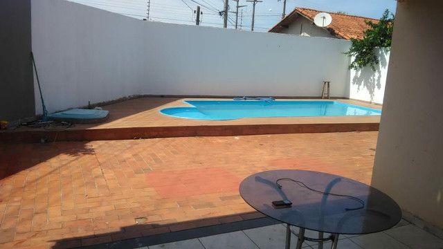 Vendo ou troco casa de esquina com piscina em condomínio fechado