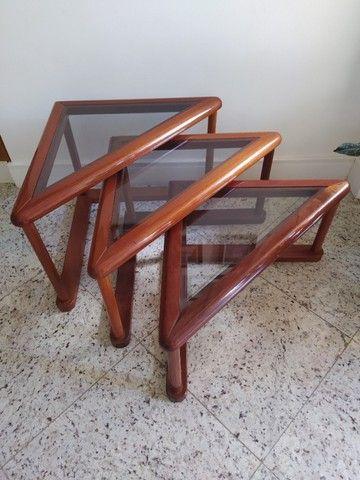 Conjunto trio de mesas laterais de madeira e vidro triangulares