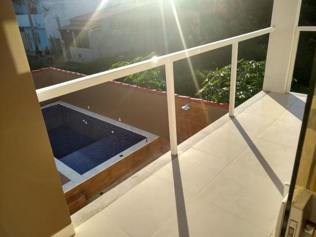 Linda casa com piscina e duas vagas de garagem - Foto 17