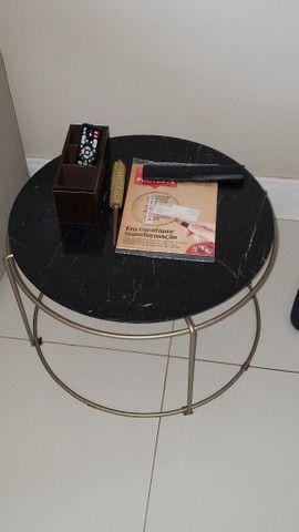 Mesa de canto com tampo em marmore