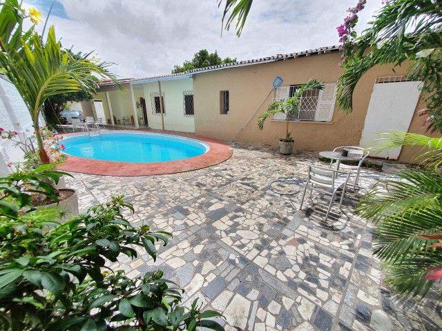 Excelente casa plana, solta, com amplo terreno e piscina, reformada, no Vila União