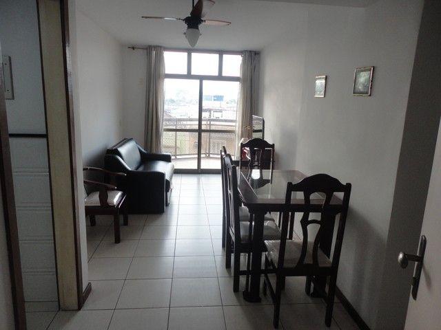 Ótimo apartamento de frente, mobiliado e com vaga de garagem, localizado no bairro de Fáti - Foto 3