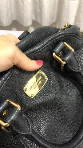 Bolsa preta MK  Original em couro e semi nova  - Foto 3