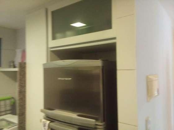Vendo excelente apartamento todo reformado e mobiliado com garagem coberta 2/4 no planalto - Foto 2