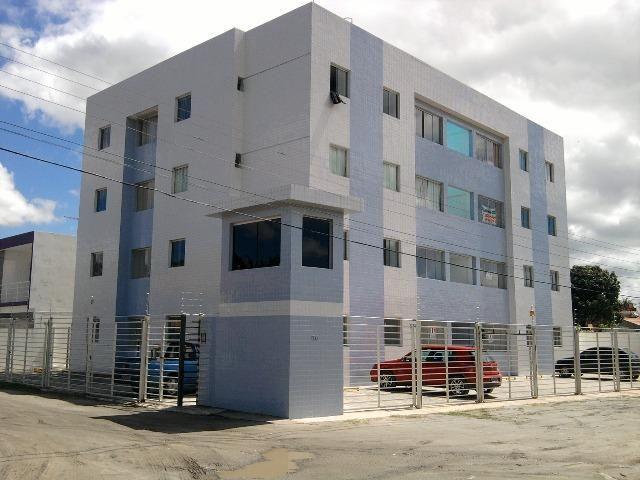 Belo Apartamento de 03 Quartos com Armários de Cozinha e Banheiros no Bairro do Catolé