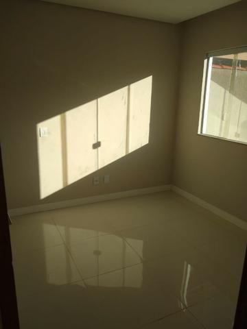 Linda casa com piscina e duas vagas de garagem - Foto 13