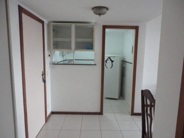 Ótimo apartamento de frente, mobiliado e com vaga de garagem, localizado no bairro de Fáti - Foto 9