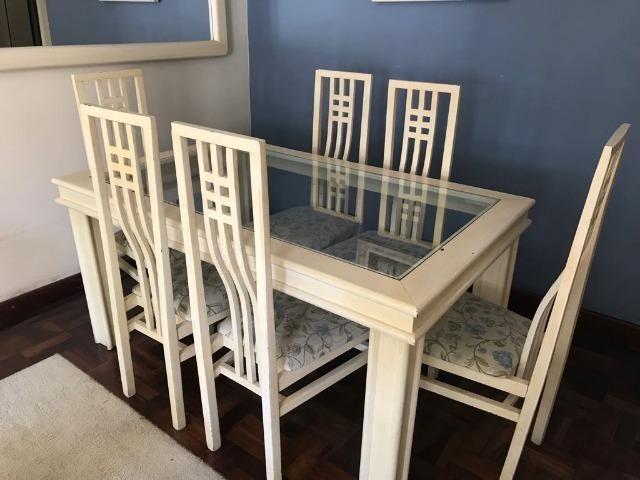 Mesa madeira maciça pátina cor creme com tampo de vidro mais 6 cadeiras