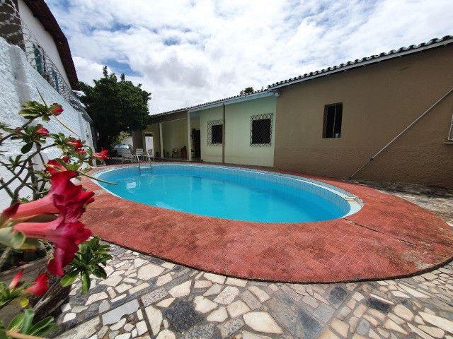 Excelente casa plana, solta, com amplo terreno e piscina, reformada, no Vila União - Foto 2