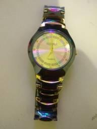 Relógio dourado e preto de aço inox importado