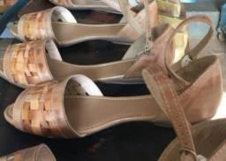 Sandálias e bolsas de couro