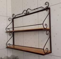 Prateleira Rústica em ferro e madeira.