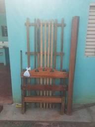 Título do anúncio: Vendo cama de solteiro de madeira .