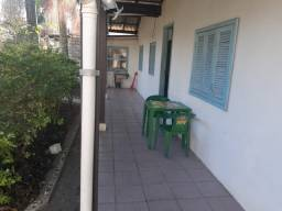 Alugo casa Anual  800 reais fora água e luz