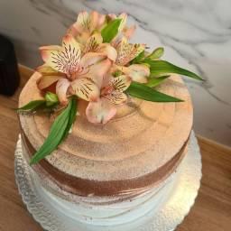Bolo personalizado e docinhos kit bolo 2 kilos mais 30 docinhos brigadeiro gourmet