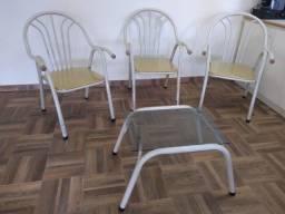 Cadeiras estrutura de ferro com mesa de apoio para varanda área