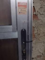 Porta de alumínio lacrada