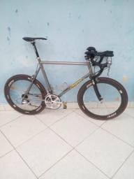 Bike de Triathlon em Titânio e Fibra de Carbono