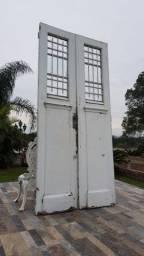 Porta Antiga Folhas Duplas e Grades Trabalhadas