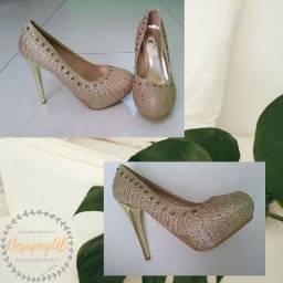 Sapato dourado em brilhante