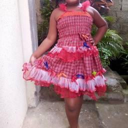 Vestido de quadrilha cabe de 3 a 6 anos corpinho de látex