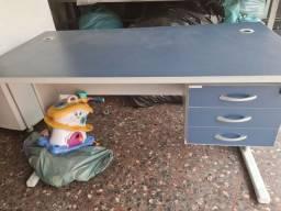 Título do anúncio: Mesa para escritório com três gavetas 135comp. 70 de largura.