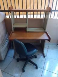 Escrivaninha de metal e madeira.