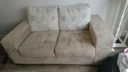 Sofá com almofadas estampadas.