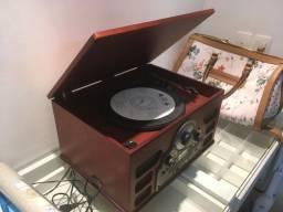 Som vintage. Toca LP, CD, rádio e pendrive.