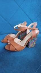 Sandália salto alto Couro&Cia tamanho 33