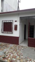 Alugo casa bem localizada no centro de Tefé-AM