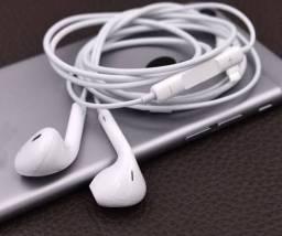 Fone de ouvido com fio branco na caixa