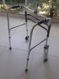 Andador para idoso com rodinha e pés fixos.