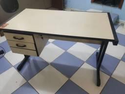Título do anúncio: Mesa para escritório com gavetas