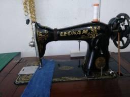 Máquina de costura pretinha Leonam com bancada Original