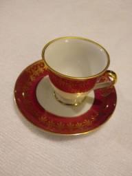 Xícara de cafezinho com detalhes em dourado