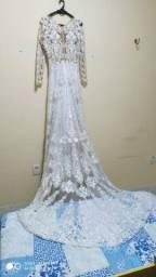 Vestido de noiva em corte evasê com mangas longas todo bordado, tamanho 46.