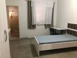 Alugo quarto para rapazes (suíte)