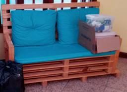 Sofá em madeira pinus com almofadas e assento em courino