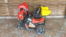 Caçamba de brinquedo e moto elétrica