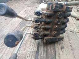 Vendo comando hidráulico triplo estava em um levante frontal com pegador de tora