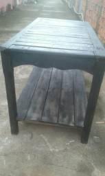 Vende se essa mesa de madeira