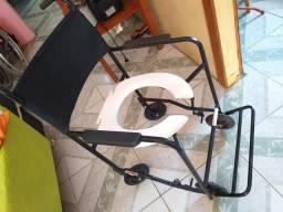 Cadeira de banho e cadeira de rodas