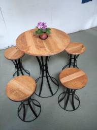 Mesa com banquetas