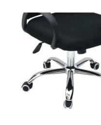 Cadeira Executiva Madrid Giratória Com o regulamento de altura a gás tela preta.