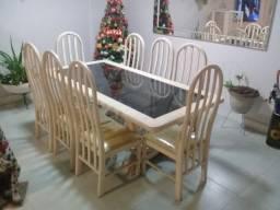 Mesa de madeira com 8 cadeiras inclusas